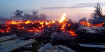 На Прикарпатті люди захоронили на цвинтарі рештки згорілої церкви та вирішили збудувати нову з цегли