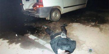 На Івано-Франківщині небайдужі люди затримали крадія авто на місці злочину. ФОТО