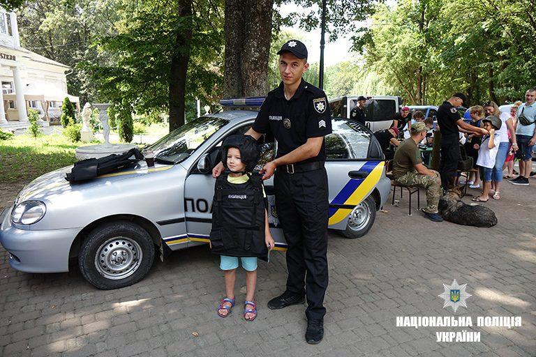 """В Івано-Франківську діти """"приміряли"""" фах поліцейського. ФОТО"""