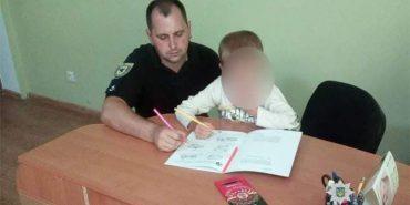 У Коломиї поліція допомогла 6-річному хлопчику, який плакав, бо батько заснув посеред вулиці
