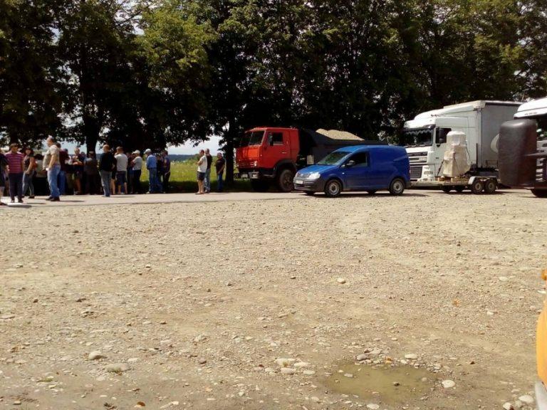 На Калущині люди другу добу перекривають дорогу. ФОТО