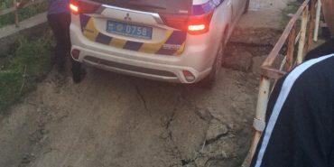На Прикарпатті провалився міст з поліцейським авто. ФОТОФАКТ