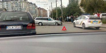 На Прикарпатті на світлофорі не розминулись дві автівки. ФОТО