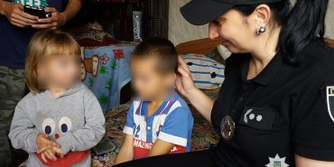 На Прикарпатті поліцейські вилучили двох дітей в матері, яка потребує медичної допомоги. ФОТО