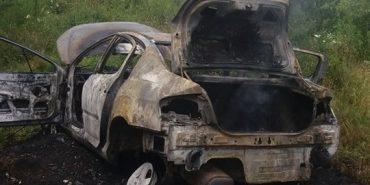На Прикарпатті згорів автомобіль, власника госпіталізували. ФОТО