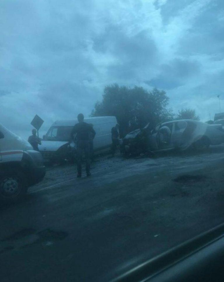 На Івано-Франківщини легковик врізався у мінівен. ФОТО