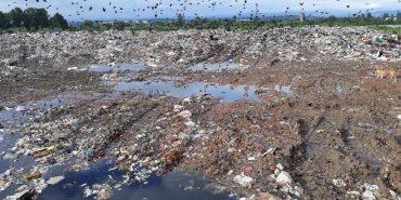 """Ситі сміттям по саме горло. Мешканці """"Канади"""" про причини безстрокового блокування сміттєзвалища у Коломиї. ФОТО"""