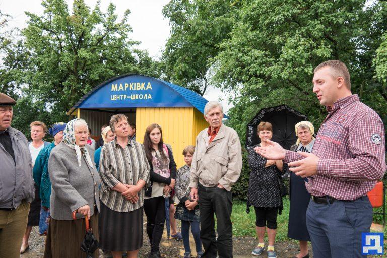 У Марківці люди самостійно збудували автобусну зупинку. ФОТО+ВІДЕО