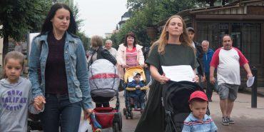 У Коломиї матері з дитячими візочками вийшли на акцію за облаштування тротуарів. ФОТО