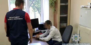 На Франківщині керівник ЦНАПу вимагав у підприємця $2000 хабара. ФОТО