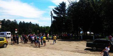 На Снятинщині люди блокують дорогу, вимагаючи ремонту. ФОТО