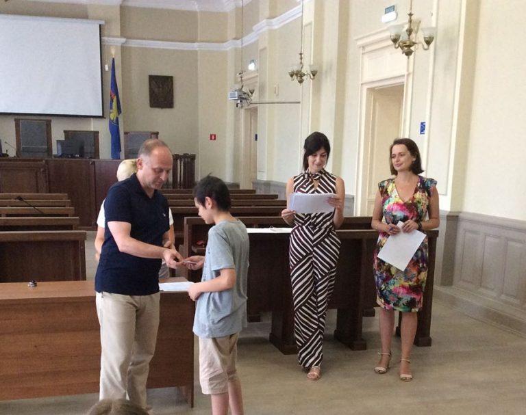Сироти з Коломиї отримали сертифікати на майже 4 тисячі гривень, щоб підготуватися до школи