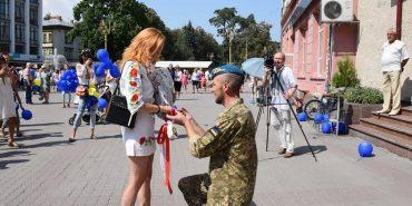 На День Незалежності у середмісті Франківська хлопець освідчився коханій