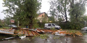 На Прикарпатті порив сильного вітру зірвав дах зі складського приміщення. ФОТО