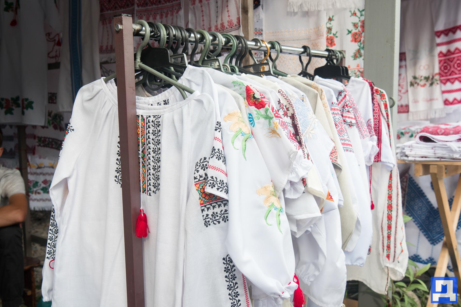 За вишиванкою до Коломиї. Як нічний ринок вишиванок набирає популярності і  приваблює людей з цілої України. ФОТО + ВІДЕО - Дзеркало Коломиї bb331fbfdda5a