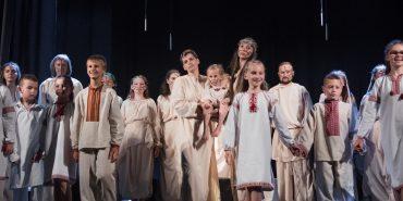 """Жіноча ревність чи чоловіча зрада? Як у Коломиї пройшла прем'єра вистави """"Ворог Настаська"""". ФОТОРЕПОРТАЖ"""
