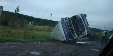 На Франківщині перекинувся автобус. ФОТО