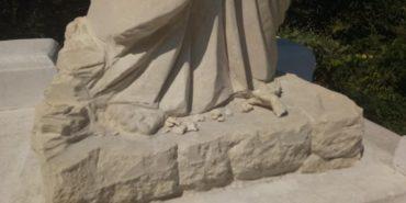 Вандали на Прикарпатті потрощили статую Христа Спасителя