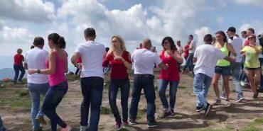 Українці з семи міст станцювали на Говерлі кубинські танці та встановили рекорд України. ВІДЕО