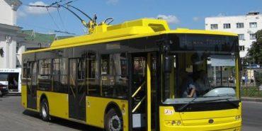 У Франківську обстріляли тролейбус. ФОТО