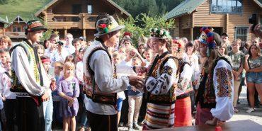"""Діти зі Сходу стали учасниками """"Гуцульського весілля"""" в Карпатах. ФОТО"""