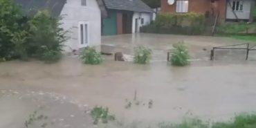 На Франківщині через сильні дощі затопило будинки і подвір'я. ВІДЕО