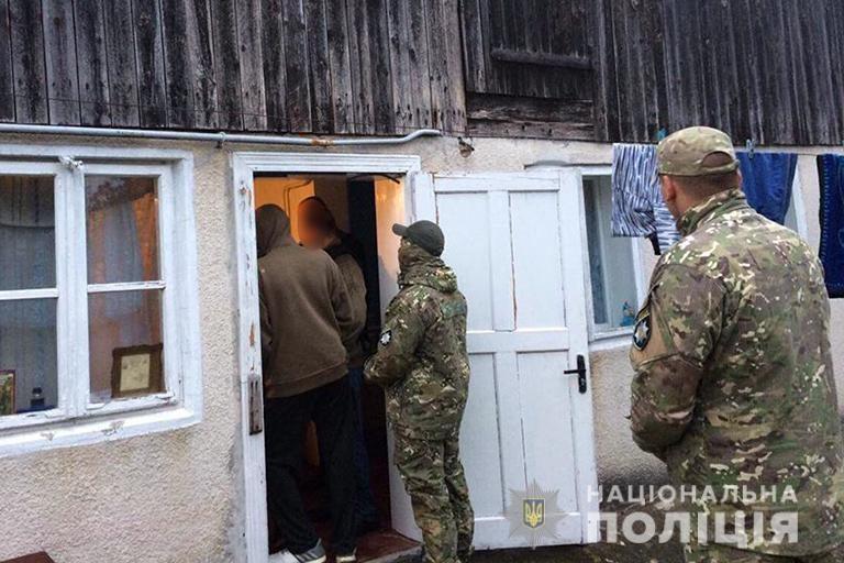 На Коломийщині злочинці два роки утримували в нелюдських умовах понад 30 людей, з яких троє - діти. ФОТО
