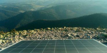 На горі Хом'як встановили сонячні панелі, щоб туристи могли заряджати ґаджети. ФОТО