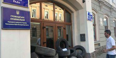 Під ратушу у Коломиї зносять шини – активісти заявляють про махінації із землею. ФОТО