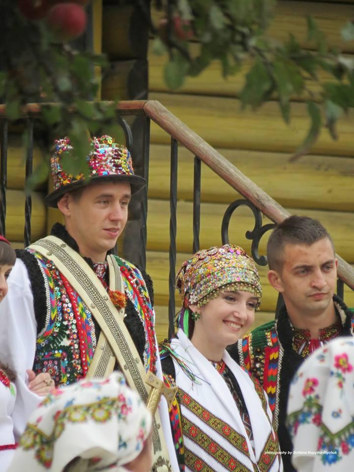 Осінь - сезон весіль на Гуцульщині: колоритні фото