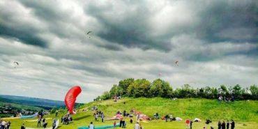 Польоти на дельтапланах і змагання повітряних літачків: сьогодні на Прикарпатті проведуть свято неба