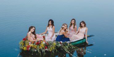 """Човен і квіти: учасниці """"Княгині Покуття"""" знялися у романтичній фотосесії"""