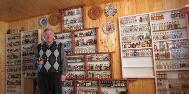 Майже тисяча екземплярів: краєзнавець з Коломийщини колекціонує мініатюрні пляшечки. ФОТО