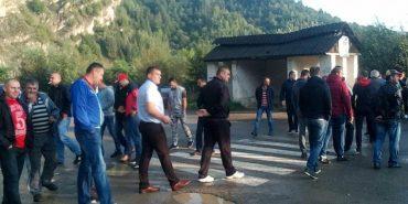 На Косівщині люди перекрили дорогу, вимагаючи її ремонту. ФОТОФАКТ