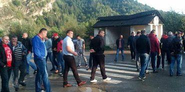 15 років не бачила ремонту: на Косівщині люди перекрили дорогу на Чернівці. ВІДЕО