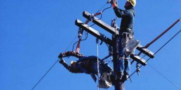 На Франківщині працівник РЕМу впав з електроопори – стан чоловіка важкий