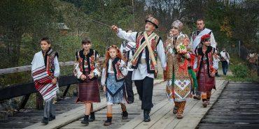 Гуцульське весілля на конях: у мережі оприлюднили колоритні фото