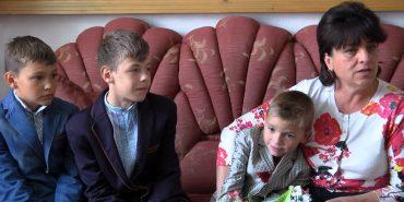 У всьому допомагають і не відходять від мами: сім'я з Коломийщини взяла на виховання трьох хлопчиків з притулку. ВІДЕО