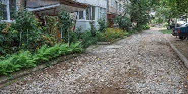 На вулиці Лисенка, 10 – 12 підсипали гравієм дорогу під будинками. ФОТОФАКТ
