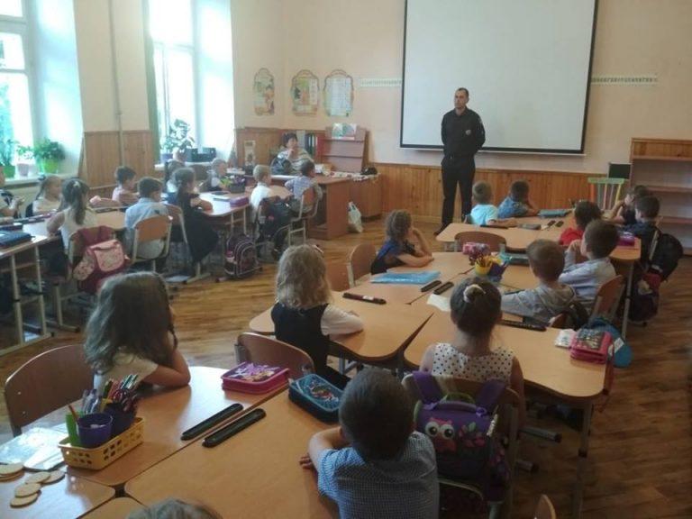Безпечна дорога до школи: у Коломиї першокласникам нагадали правила поведінки на вулиці. ФОТО