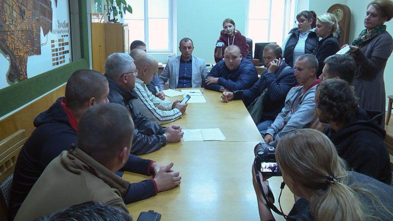 Земельний аукціон, реконструкція дамби, неякісна бруківка, - з цими питаннями активісти з Коломиї прийшли у міську раду. ВІДЕО