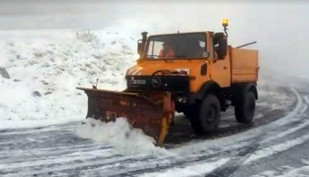 Сусідню країну засипало снігом - на дороги виїхала снігоприбиральна техніка. ФОТО+ВІДЕО