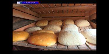 Мешканець Криворівні варить кілька видів гуцульських сирів. ВІДЕО