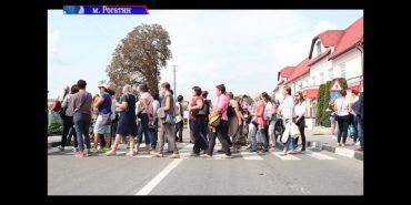 На Франківщині вчителі перекрили дорогу через невиплату зарплати. ВІДЕО