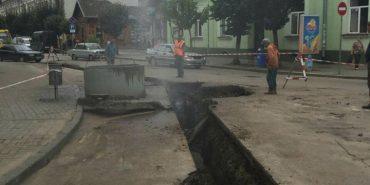 Вночі на вул. Чорновола завершили роботи з підключення до нового водогону. ФОТОФАКТ