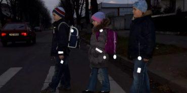 Українських школярів хочуть забезпечити флікерами для їх безпеки на дорогах