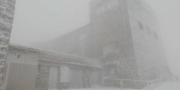 Карпати продовжує засипати снігом