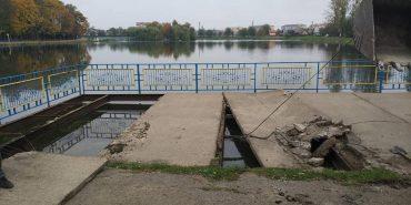 У Коломиї біля міського озера демонтували оглядовий майданчик. ФОТОФАКТ