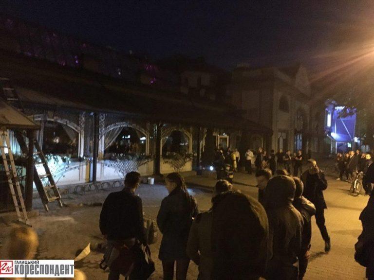 На Франківщині горів розважальний заклад - відвідувачів евакуювали. ФОТО