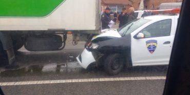 На Івано-Франківщині авто охоронної фірми врізалося у вантажівку. ФОТО